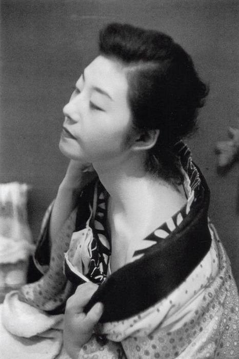 Lindsay Photo Essay | Ihei Kimura's Intimate Observations | Geisha, Asakusa, Tokyo, 1957. Photo by Ihei Kimura.