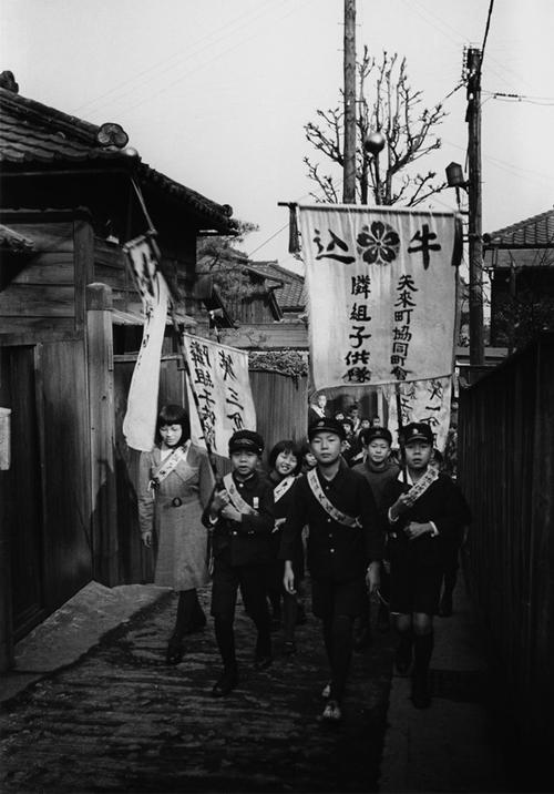 Lindsay Photo Essay | Ihei Kimura's Intimate Observations | Ushigome, 1940-41. Photo by Ihei Kimura.