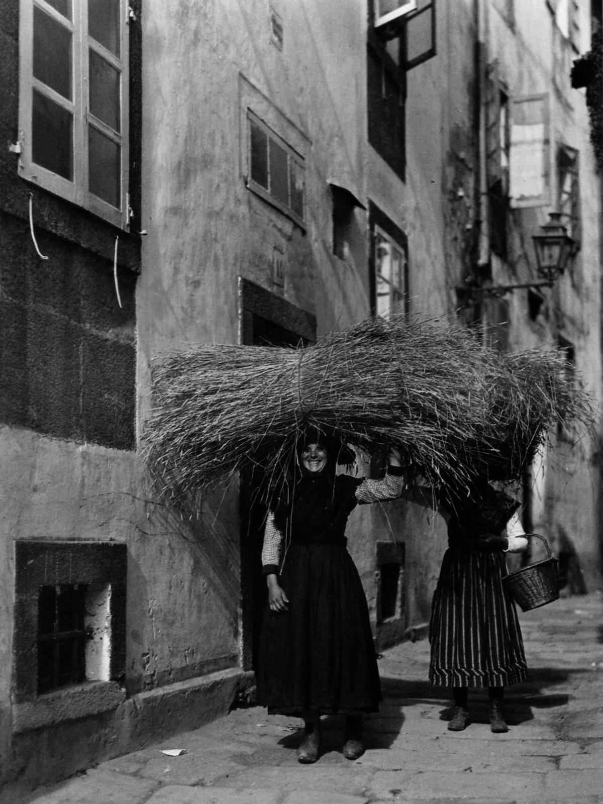 Lindsay | A Feminist's Guide to Santiago de Compostela | Straw vendors, Santiago de Compostela, 1924